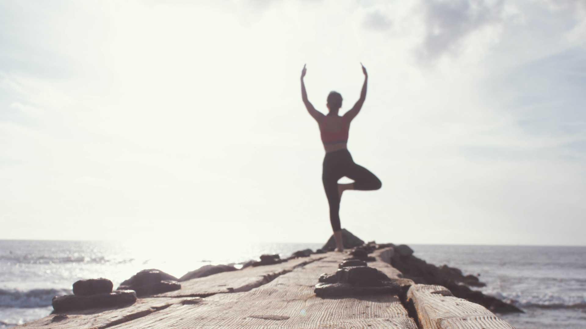 zdravlje balans devojka balansira na jednoj nozi