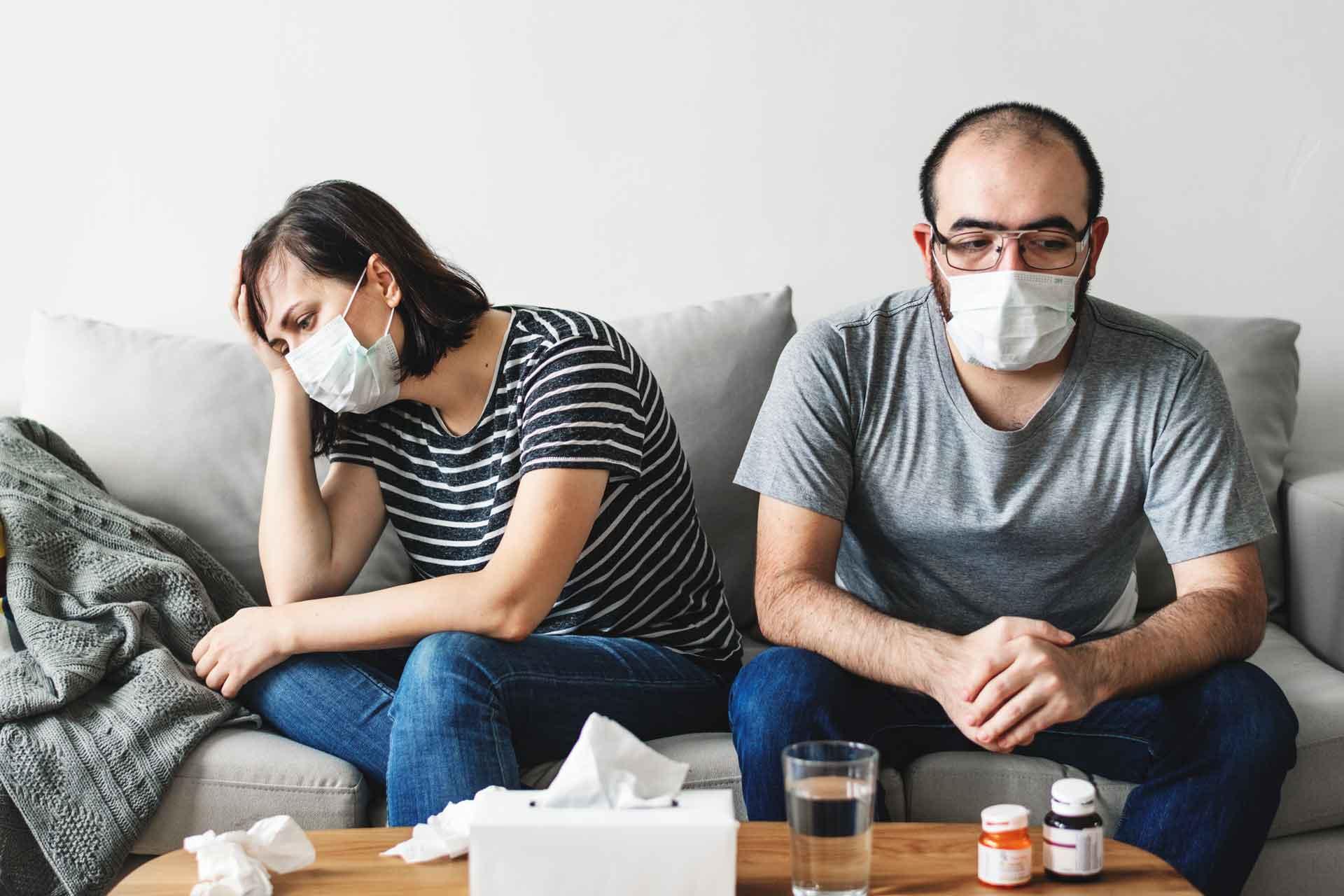 kućna samoizolacija, bolestan par ostaje kod kuće