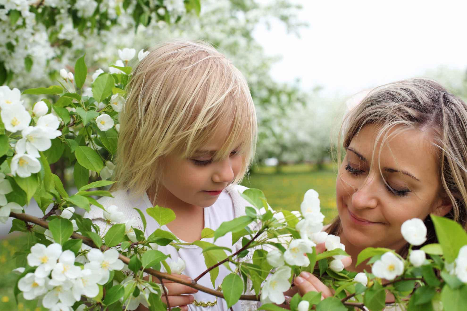 Proljece Ayurvedska godišnja doba majka i ćerka u cvijeću